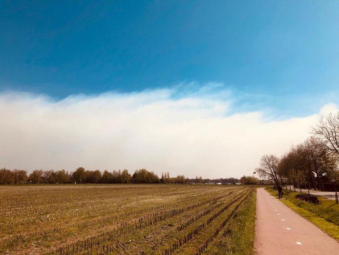 Deze dreigende mist waait momenteel boven Antwerpen (foto genomen vanuit Kapellen).