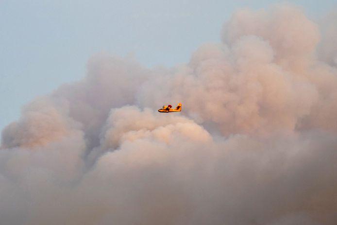 Een blusvliegtuig blust een natuurbrand in de omgeving van Kalamonas.
