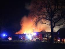Trekker vat vlam: schuur vol hooi brandt uit in Holten
