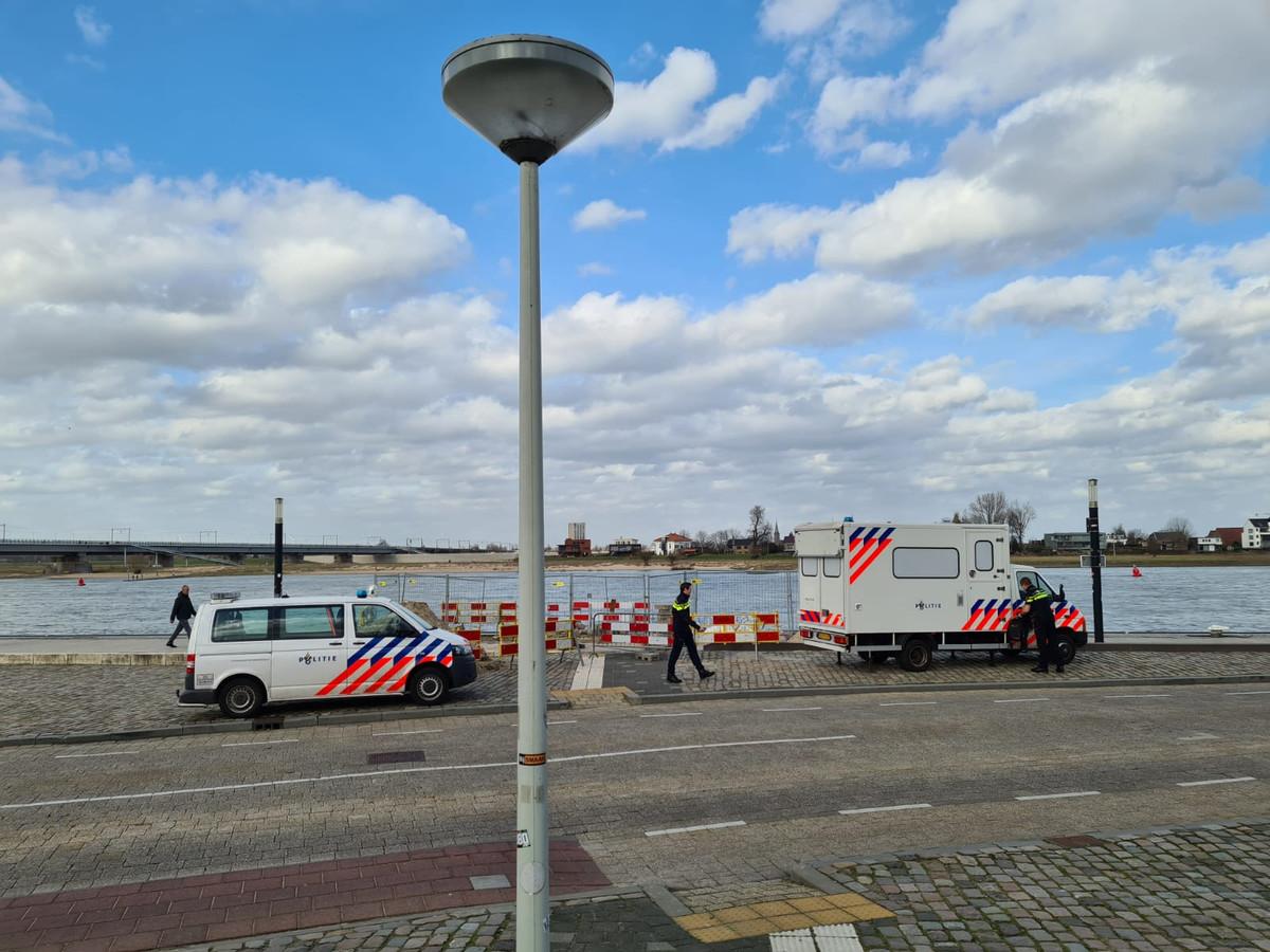 De mobiele politiepost is op zijn plek gezet aan de Waalkade.