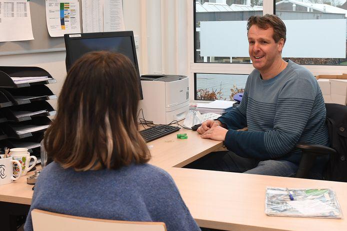 Ivo Alink, wiskundeleraar, mentor en decaan op het Elzendaalcollege in Boxmeer, in gesprek met een leerling.