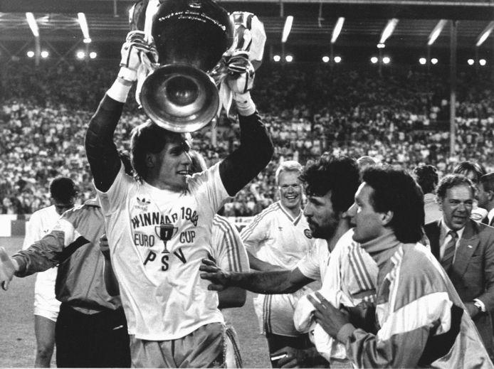 Hans van Breukelen houdt de Europa Cup 1 vast tijdens de vreugde na de finale in Stuttgart