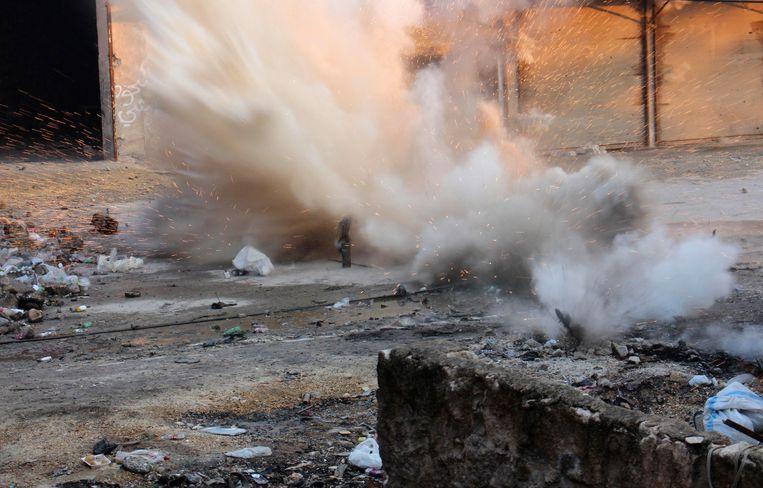 Een door rebellen afgevuurde mortier in Aleppo. Beeld REUTERS