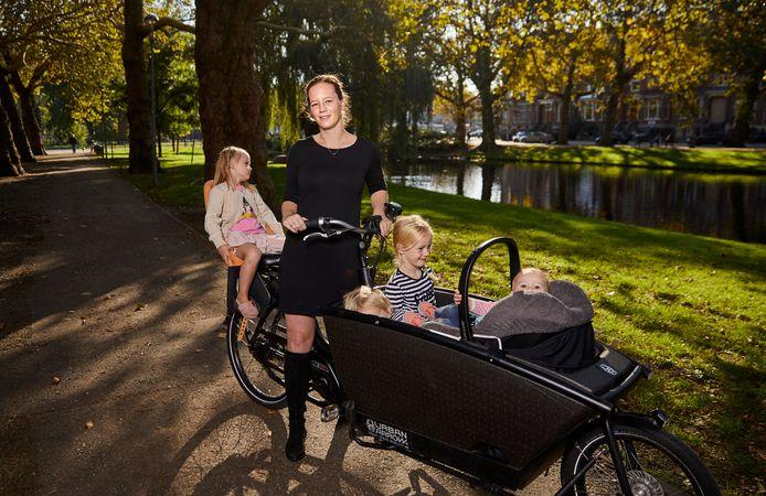 Wendeline van Oosterhout is gek op haar bakfiets. ,,Scheurend van kinderdagverblijf naar de buitenschoolse opvang en van de hockeyclub naar dansles.''