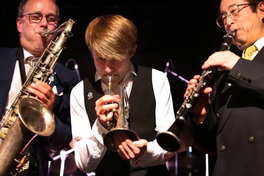 Antoine Trommelen (links), Thimo Niesterok (winnaar Kobe-Jazzaward) en Eiji Hanaoka tijdens het Breda Jazz Festival