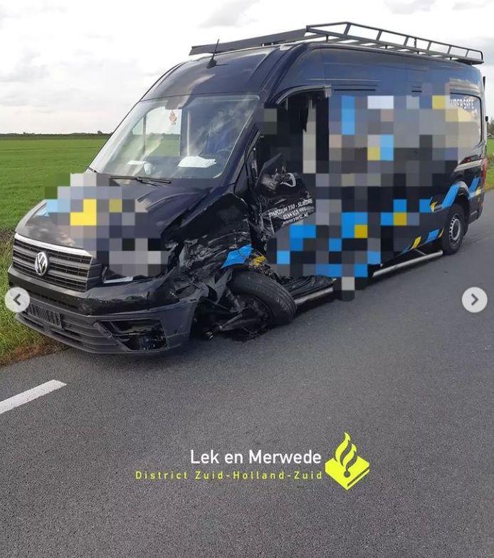 Een van de voertuigen waar de, van zijn weghelft geraakte, bestuurder tegenaan knalde.