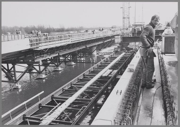 Bouw van twee nieuwe bruggen over de Amstel in verband met de bouw van de Ringweg Zuid en de aanleg van de sneltram lijn 51 naar Amstelveen. Beeld Stadsarchief Amsterdam