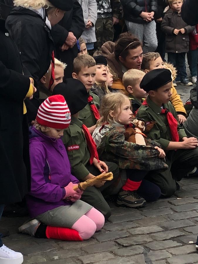 Jong publiek voor de Poolse militaire kapel op de Grote Markt in Breda