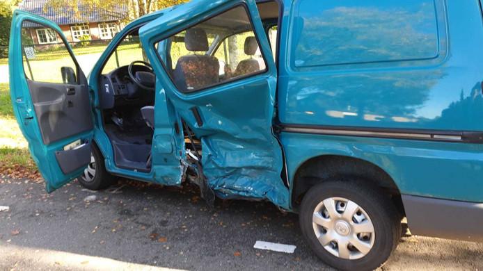 De schade aan het busje na de aanrijding.