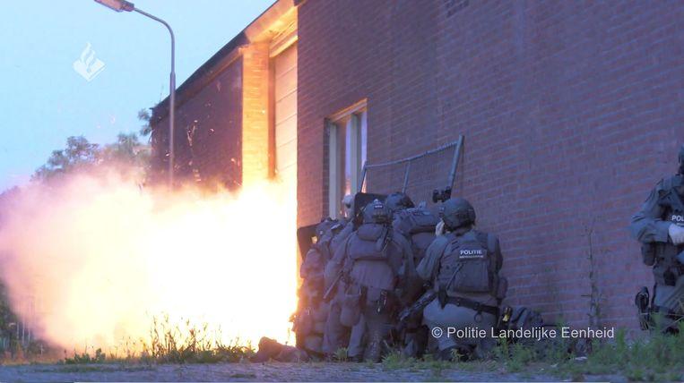 Met explosieven bliezen speciale eenheden van de Nederlandse politie zich een doorgang tot de loods waar de 'onderwereldgevangenis' werd ontdekt. Beeld via REUTERS