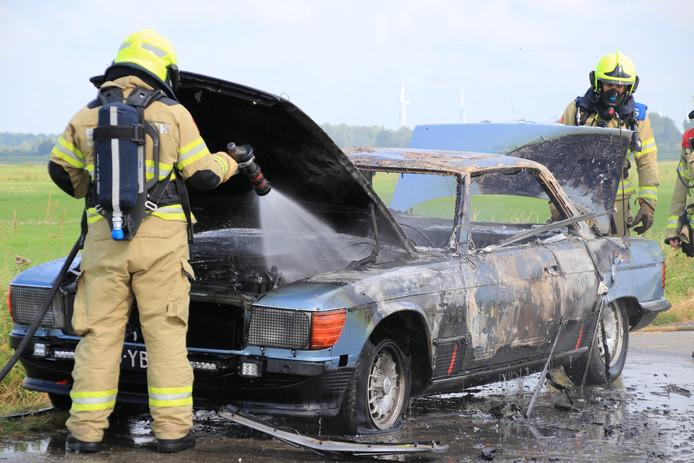 De klassieke Mercedes ging in vlammen op.