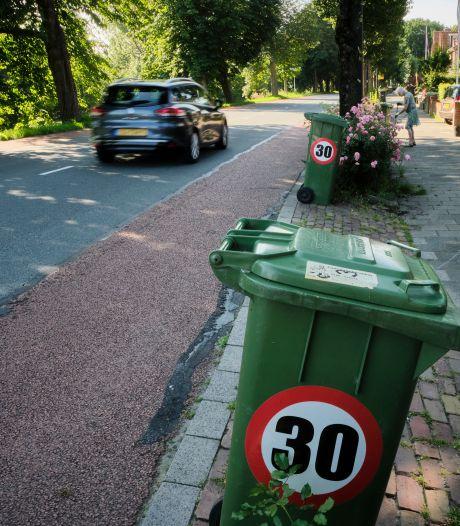 Met stickers vragen bewoners Julianalaan Maassluis aandacht voor racebaan bij hen voor de deur