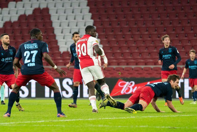 Temidden van zes Willem II-spelers scoort Brian Brobbey de 2-1. Beeld Pro Shots / Jasper Ruhe