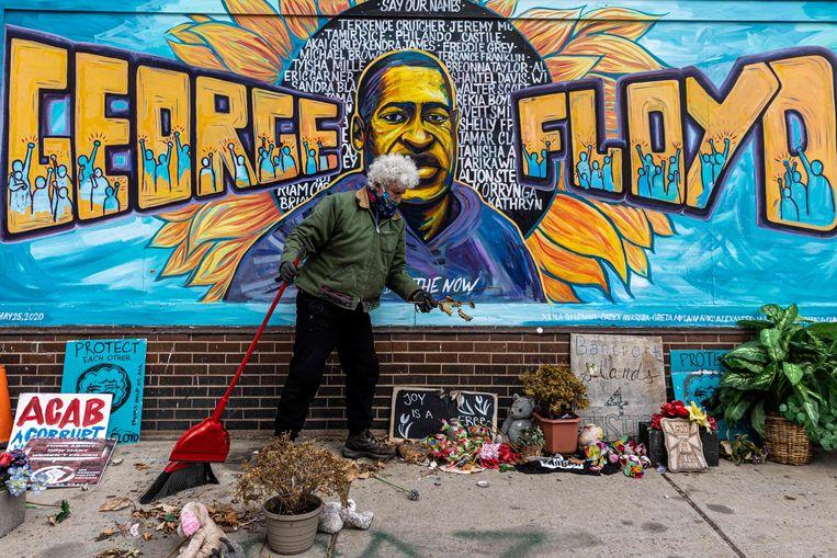 Een vrijwilliger maakt het George Floyd Plein schoon, de plek waar Floyd overleed in Minneapolis.  Beeld AFP