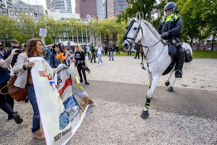 Politie grijpt in tijdens een protest tegen de coronamaatregelen.  Beeld EPA