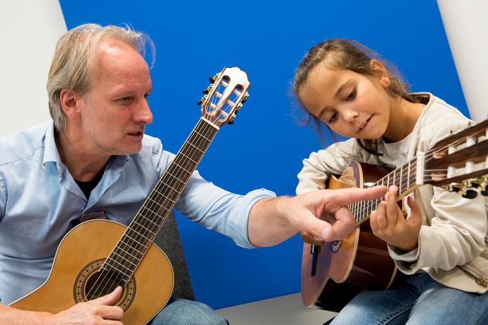 Leren gitaarspelen op de Open Dag van Zinder in Tiel.