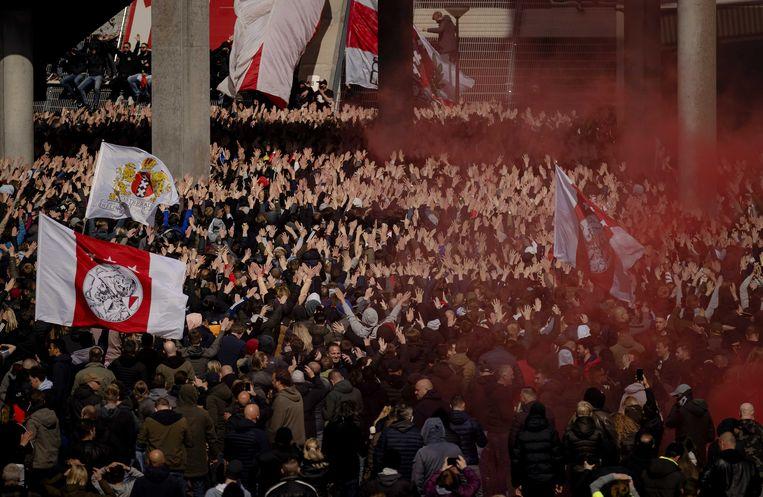 Supporters van Ajax vieren na het duel met FC Emmen bij de Johan Cruijff ArenA de 35e landstitel uit de clubhistorie. Beeld ANP