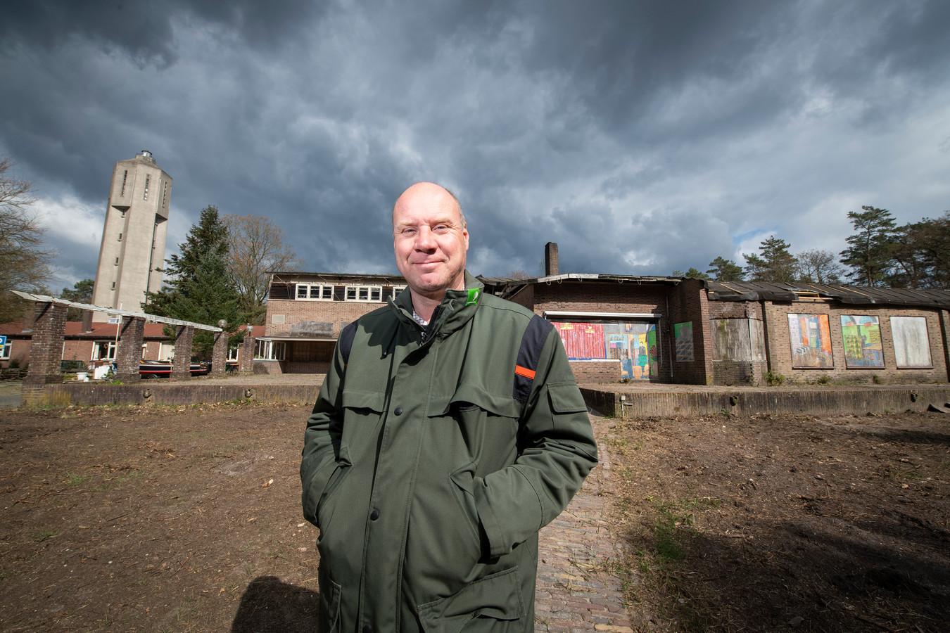 Eind 2007 werd een provisorisch dak op het deels afgebrande hotel gelegd om verder verval te voorkomen. Links de watertoren van Radio Kootwijk.