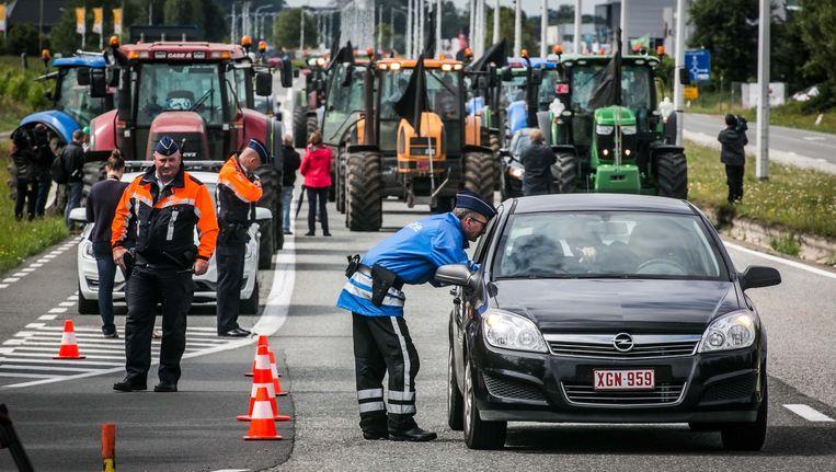 Boeren bezetten snelwegen en de invalswegen of delen er folders uit, onder meer in Lichtervelde (rechtsonder) en in Eke- Nazareth. Beeld Bas Bogaerts