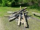 De restanten van een kampvuur in het bos.