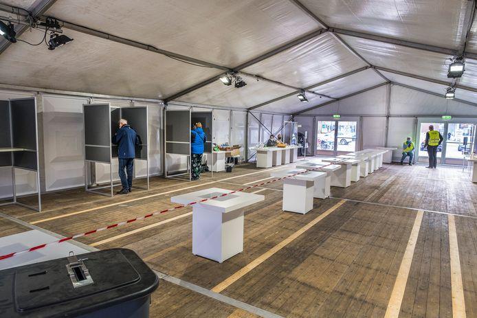 Coronaproof stemmen in een grote tent op het Zwaanplein in Cuijk.