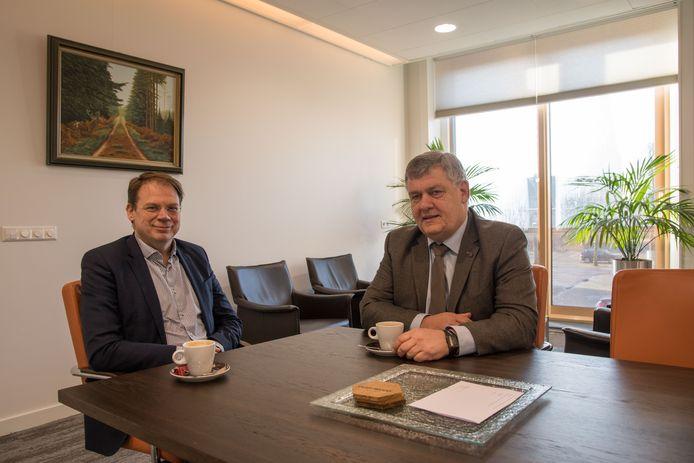 Rob van den Hazel (l) en burgemeester Henk Lambooij van de gemeente Putten. ,,Onze aanpak van vakantieparken is een voorbeeld voor de rest van het land.