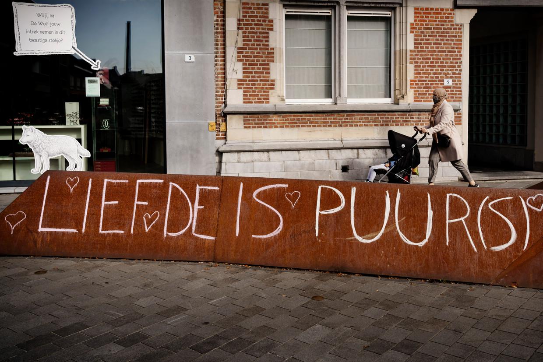 Sinds zaterdag is het straatmeubilair in het dorpshart in Puurs 'beklad' met krijtboodschappen zoals 'liefde is puur(s)' als tegenreactie. Beeld Eric de Mildt