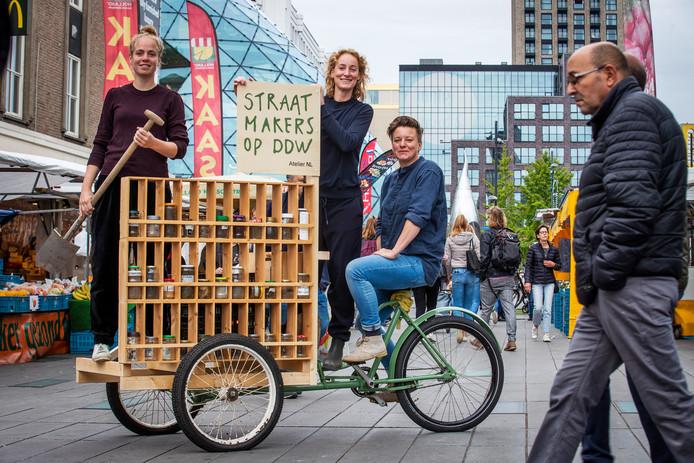 Desirée Wevers, Lonny van Ryswyck en Nadine Sterk (vlnr) op de fietskar van Atelier NL.