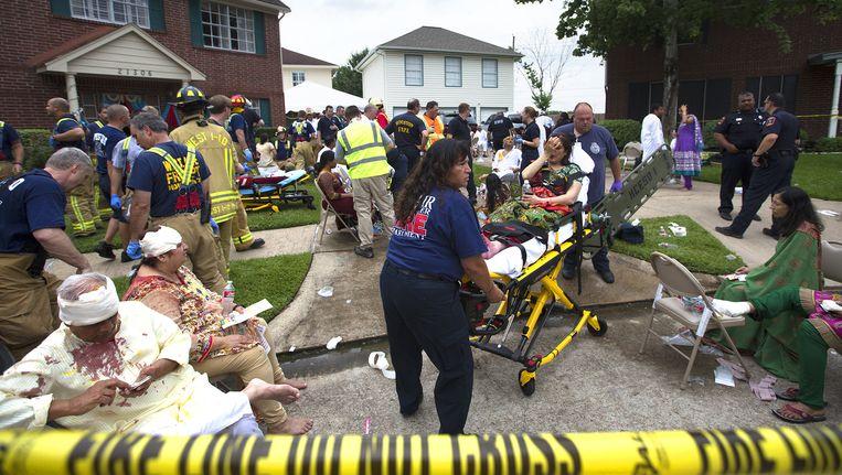 Tientallen mensen worden gewond afgevoerd. Beeld ap