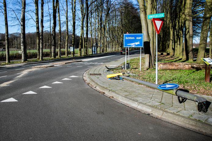 Een vrouw is gewond geraakt toen ze met haar auto een lantaarnpaal raakte op de Hoofdstraat in De Steeg.