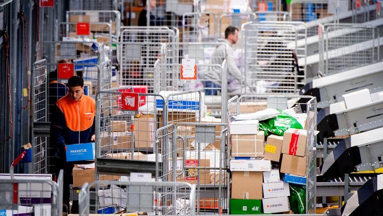 De bezorging van pakketten leverde afgelopen kwartaal 274 miljoen euro aan omzet op. Beeld ANP