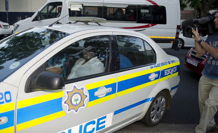 Pistorius (onder blauwe deken) arriveert bij de rechtbank. Beeld getty