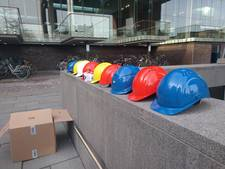 Stenen vallen van station Breda, fiets uit stalling halen met een helm op