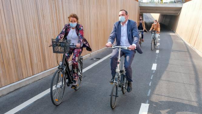 Minister Peeters opent fietstunnel aan Woluwedal: fietsers kunnen drukke Leuvensesteenweg voortaan veilig oversteken