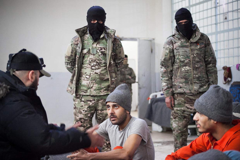 Montasser AlDe'emeh praat met Belgische Syrië-strijders in de gevangenis van Al-Hasakah. Beeld Khabat Abbas