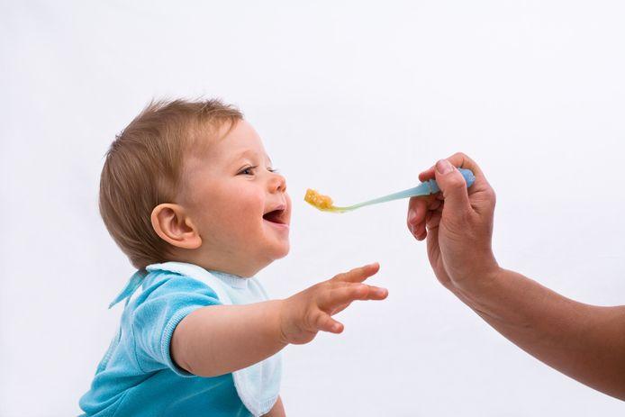 Het kind (niet op foto, red.) zou een paplepel te diep in de mond hebben gekregen tijdens het voeden.
