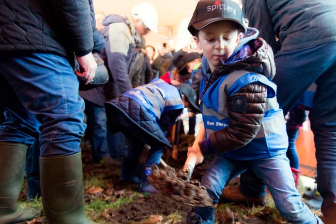 Twee jaar geleden mochten kinderen de eerste geul graven voor de aanleg van de nieuwe glasvezelkabel in Molenschot waar commissaris van de Koning Wim van de Donk het startschot gaf.