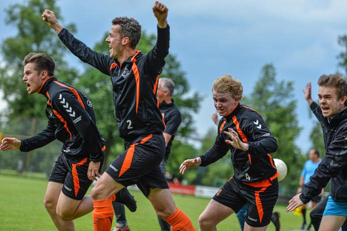 Vreugde bij de Eerbeekse boys na het fluitsignaal. Ze winnen de wedstrijd met 1-2 die in de laatste minuut beslist werd.