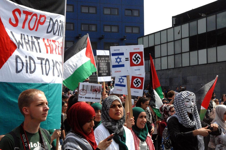 De demonstratie tegen Israëlisch geweld in Gaza, 12 juli 2014. Tweede van links op de voorgrond: het aspirant-Tweede Kamerlid Kauthar Bouchallikht van GroenLinks. Beeld AD/Jos van Leeuwen