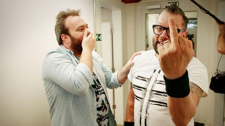 Presentator Jens Dendoncker en Alex Agnew, in de eerste aflevering van het nieuwe seizoen 'Hoe zal ik het zeggen?'. Beeld RV