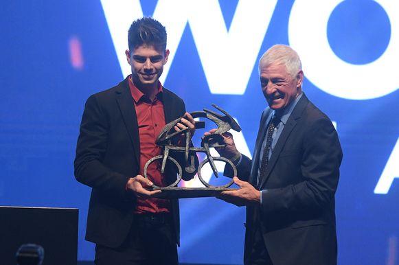 Van Aert kreeg de trofee uit de handen van de Italiaanse wielerlegende Francesco Moser.