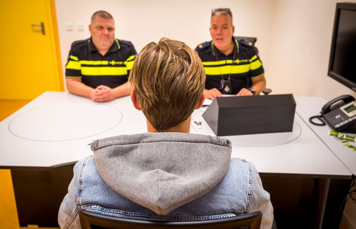 Een verdachte wordt verhoord door agenten op het politiebureau
