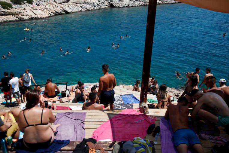 Drukte op een strand in Athene. Beeld AP