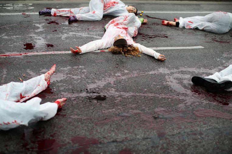 Extinction Rebellion-activisten doen alsof ze dood zijn in Wenen, Oostenrijk.  Beeld REUTERS