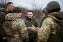 De Oekraïnse presdient Volodymyr Zelenskiy (midden) tijdens een bezoek aan de Oekraïnse militairen in de regio in februari.