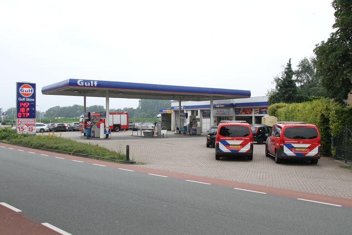 De brandweer is aanwezig bij het tankstation aan de Rijssensestraat in Enter vanwege een gaslek.