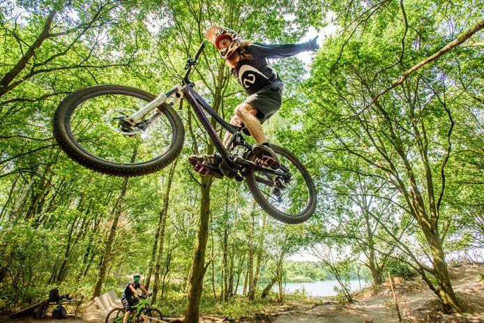 Een spectaculaire jump bij Bikepark Lido in Waalwijk.