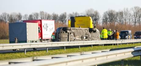 Gekantelde auto op de A50 zorgt voor flinke verkeershinder bij Apeldoorn