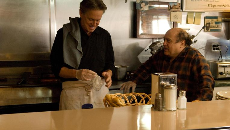 Michael Douglas (links) en Danny DeVito in Solitary Man. Beeld null