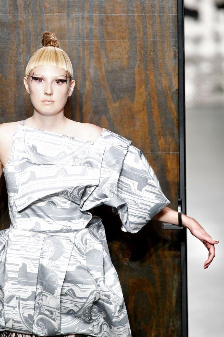 Een model showt een creatie van Marga Weimans tijdens de zeventiende editie van de Amsterdam Fashion Week in de Westergasfabriek. Beeld null